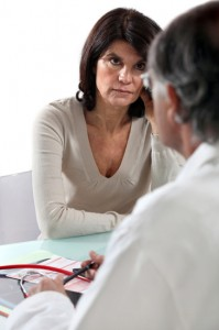 Kvinde i overgangsalderen taler med læge