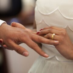 Mand og dame giver ringe til hinanden under bryllup